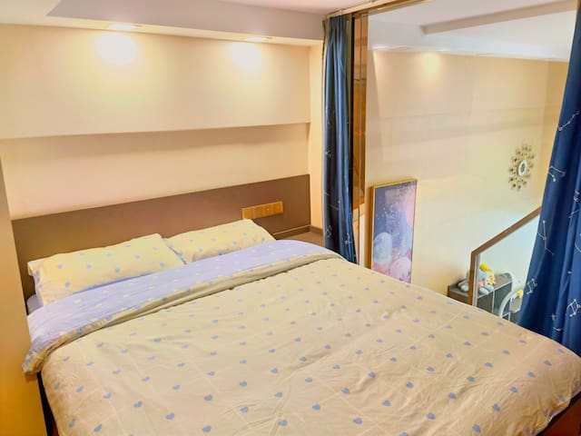 二楼房间2,床1.5x2米,含一张桌子一把椅子。