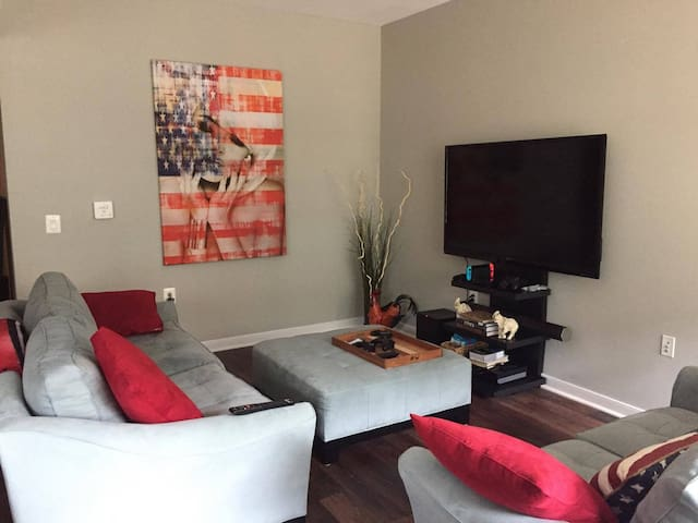 Clean, Modern Apt 5 min walk from Courthouse Metro