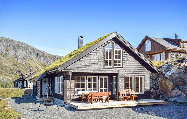 Holiday cottage with 5 bedrooms on 121m² in Skare