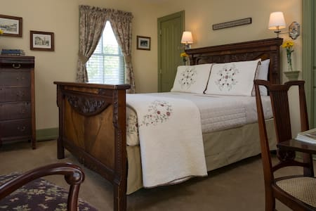 Picture of Country Comfort bedroom with queen size bed