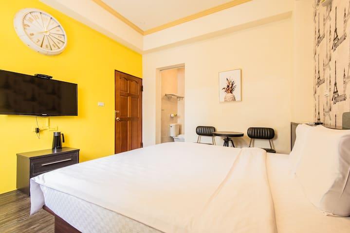 【CP值超高加大床-雙人房】位於寧靜巷弄的雙人房型