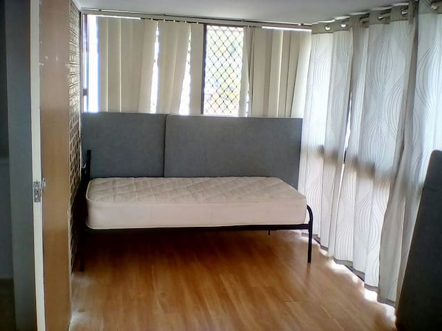 clean single room - Loganlea