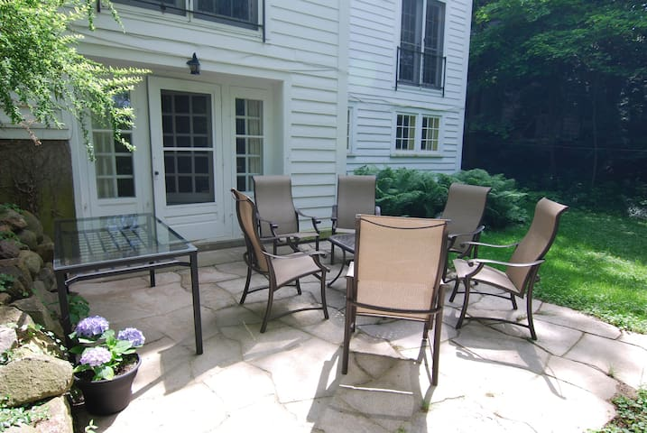 Lovely Patio Apt near Downtown, Arboretum, U-M
