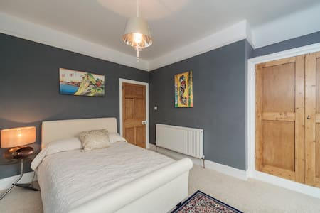 Character bedroom and own bathroom in seaside - Eastbourne