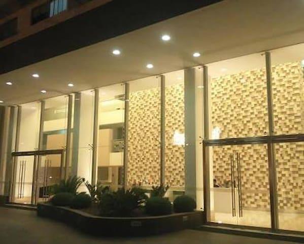 BEAUTYFUL ROOM IN LUXURY CONDO NEAR JOCKEY PLAZA