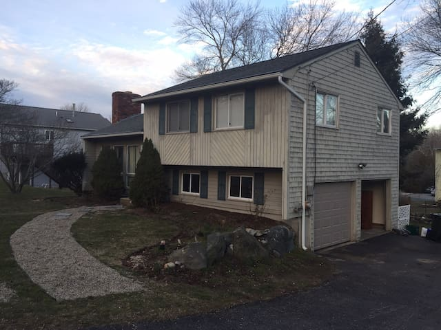3 Bedroom split a mile from beach - Narragansett