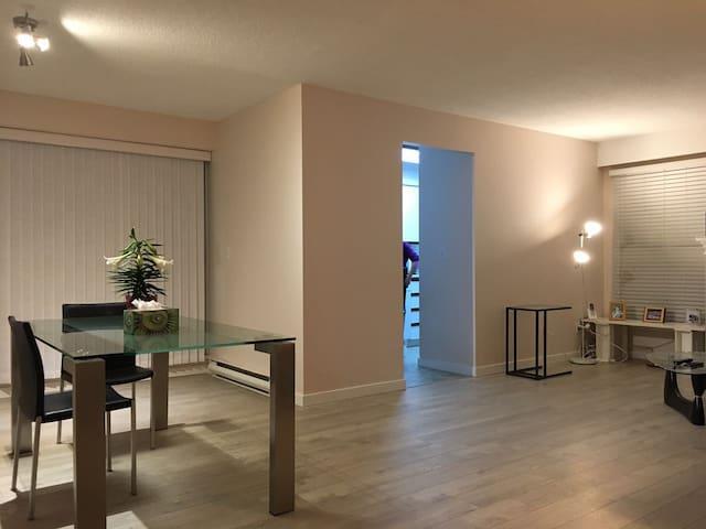 Convenient Apartment in the City Center - Surrey - Apartamento