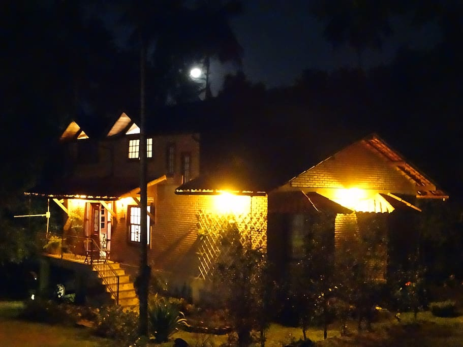A casa à noite sob o luar