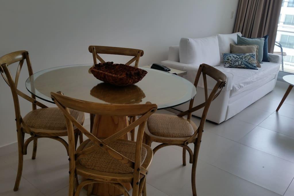 Amplio y luminoso living comedor con TV y sillón con 2 camas individuales