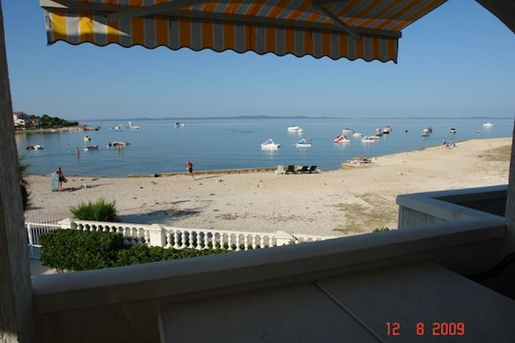 FIRST ROW - APARTMENT  ON THE BEACH, 4+1 BEDS