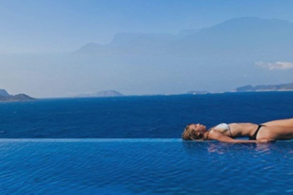 Rim pool overlooking islands.