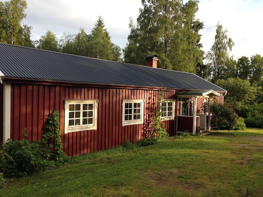 L'HAUTE CÔTE: Une maison typique suédois entouré par le forêt, au bord du lac et où la chemin se termine - une endroit ideale pour se détèndre et recharger.