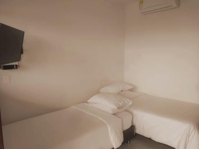 Habitación con dos camas sencillas y Baño privado