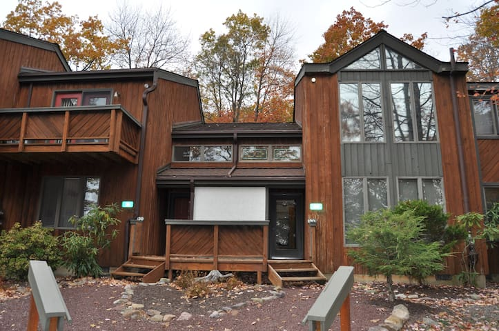 3BR 2 Bath Vacation Rental Townhouse inside the Big Boulder Complex in Lake Harmony, PA. Sleeps 8, Wifi, Fireplace