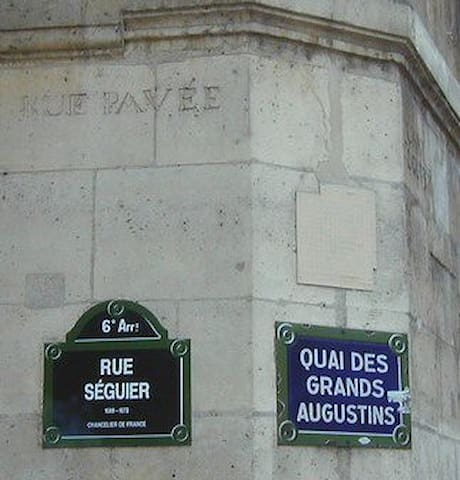 The corner with the quai des Augustins. We notice the old name of the street engraved in stone.