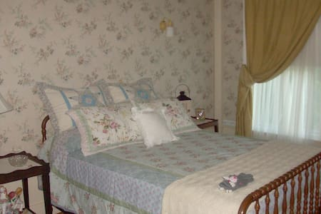 The Grandpa Carter Room is a private room. - Richfield - Bed & Breakfast