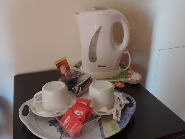 bollitore con thè e tisane