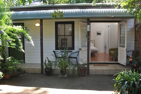 Quiet studio and garden in interesting Inner West