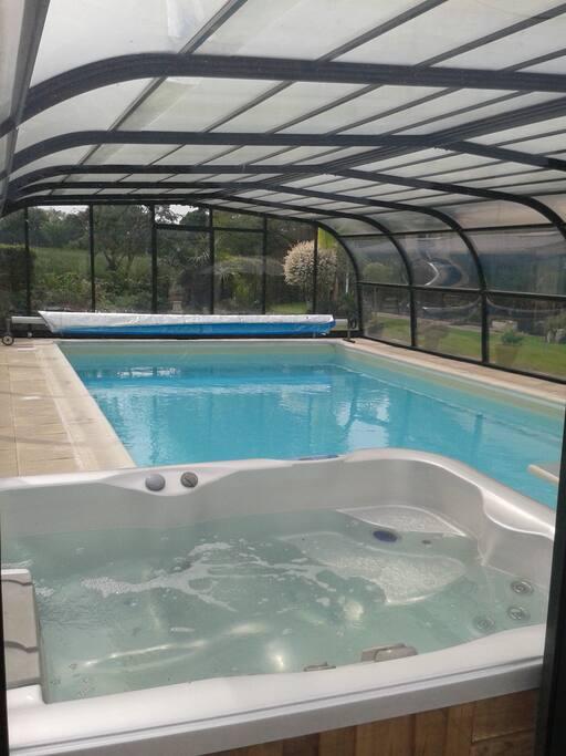 piscine 10*5*1.50 chauffée de mai à septembre environ.Les côtés supérieurs peuvent se coulisser vers le haut en laissant la partie du bas fermée pour plus de sécurité. Le toit reste en place. jacuzzi 2 places allongées et une assise.