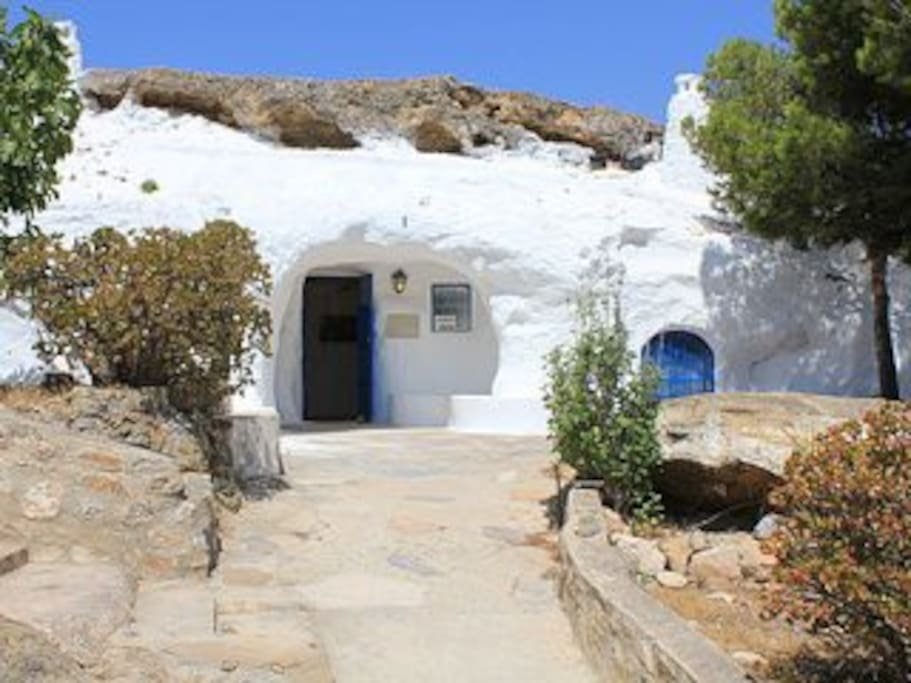 Rojales town is famous for the beautiful cave houses which are located in the hills to the south of the town.