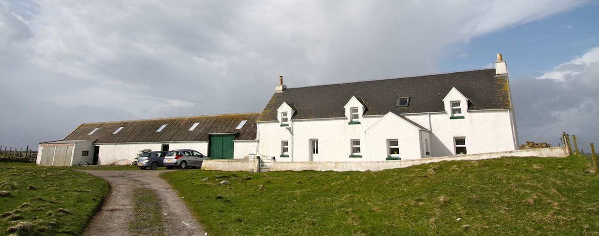 Tranquil farmhouse with seaviews - the Wee End