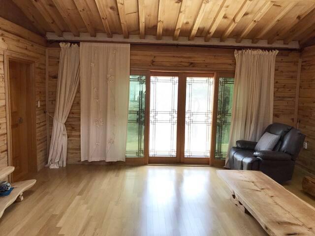 마음까지 탁 트이는 거실 풍경입니다. 한 겨울엔 설국을, 한여름엔 푸른 초록을 감상할 수 있습니다.  (This is living room, you can admire the amazing scenery each season.)