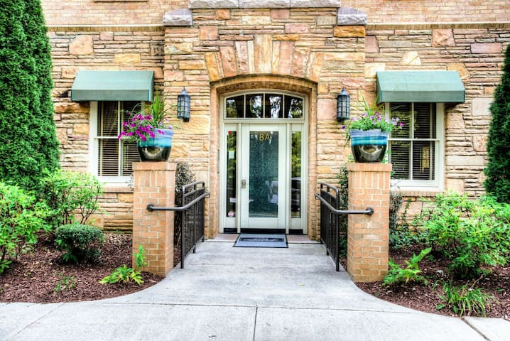 Downtown Asheville in Biltmore Village; luxurious flat, restaurants & more!