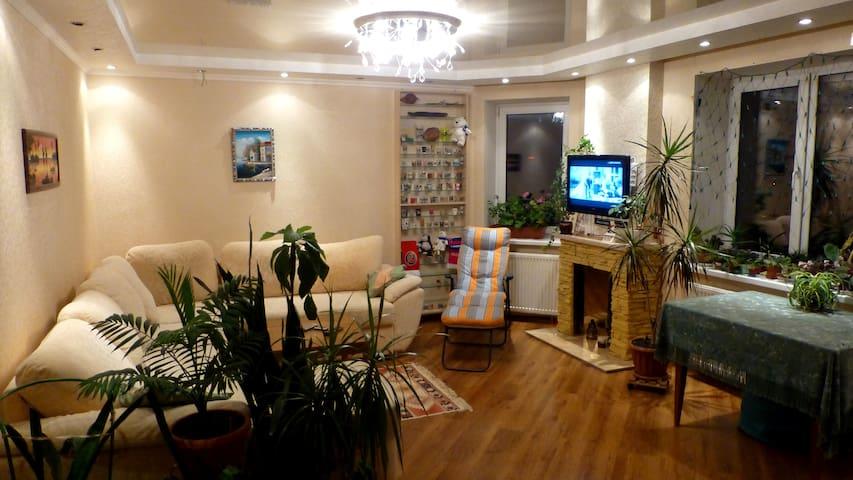 Комната в уютной и просторной квартире около парка