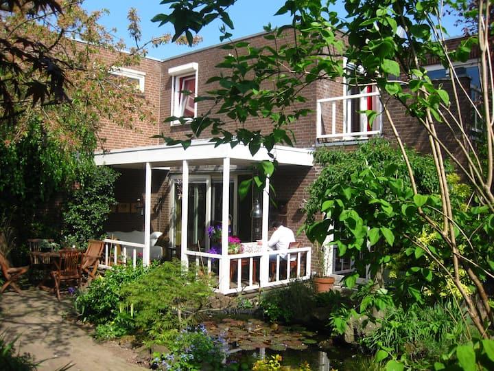 Ruime woning met heerlijke, groene, tuin.