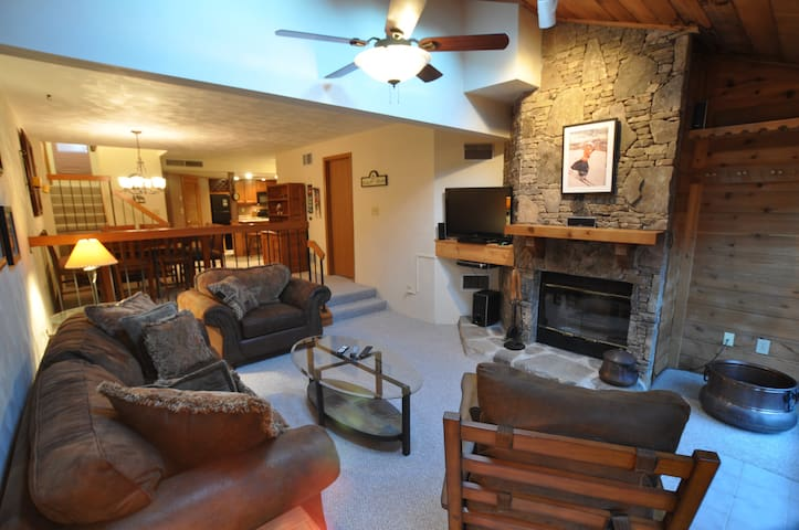 MAR/APRIL 50% OFF 7 SPRINGS CONDO-HOT TUB-SLEEPS 9 - Champion