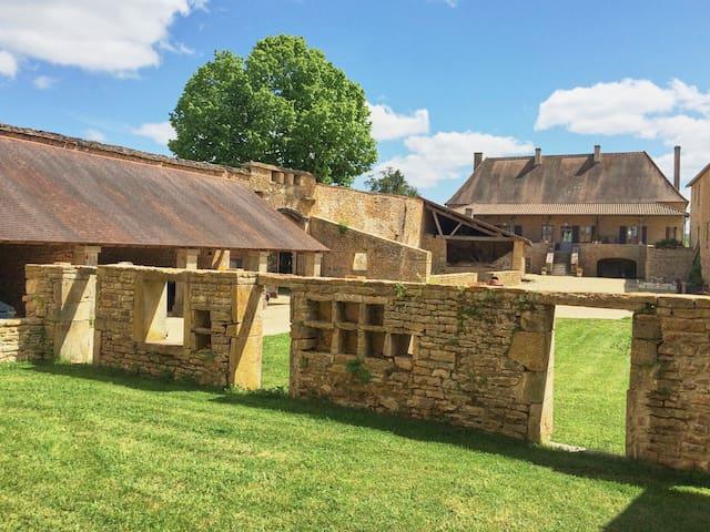 Ferme fortifiée proche de Cluny - La Vineuse - Huis