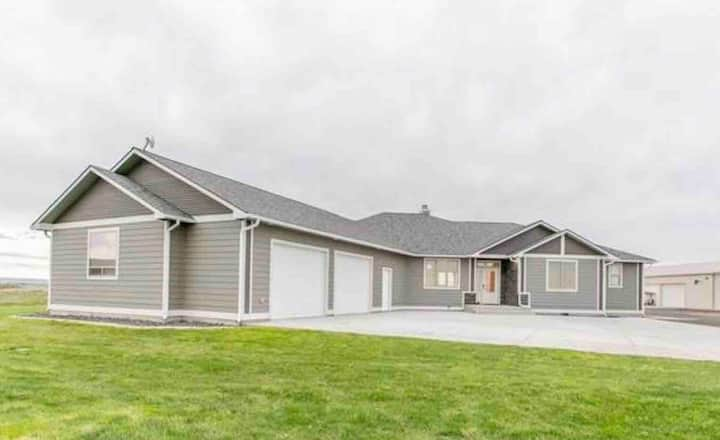 Best Moses Lake resort, new house, all amenities.