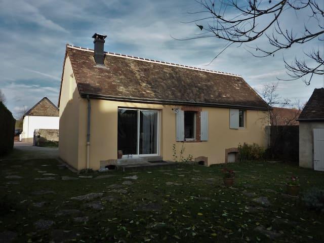 Maison de bourg à 20 Km du Mans (Idéal 24 h) - Soulitré - Maison