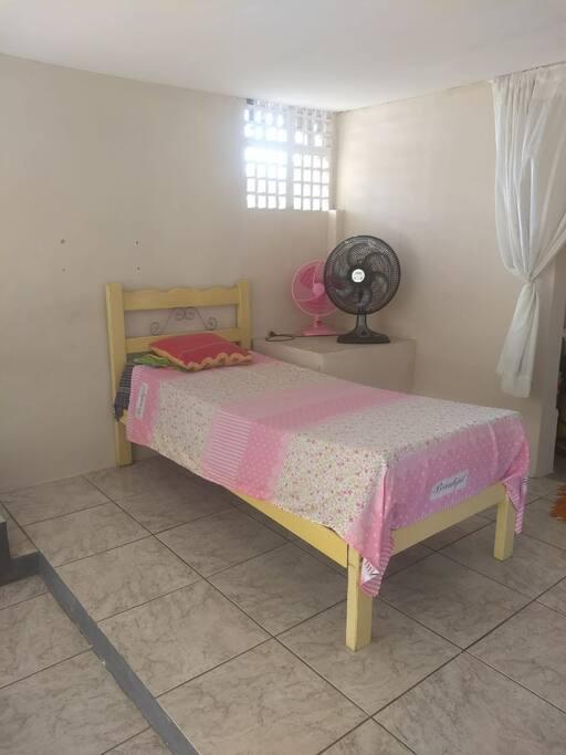 Cama de solteiro no salão compartilhado