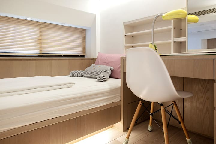 Desk and bed on the loft/閣樓書桌+床