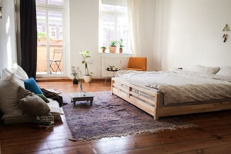Sun flooded and cosy room with balcony in F'hain - Berlin - Apartment
