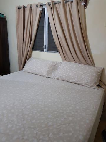 cama queen con sabanas y cortinas