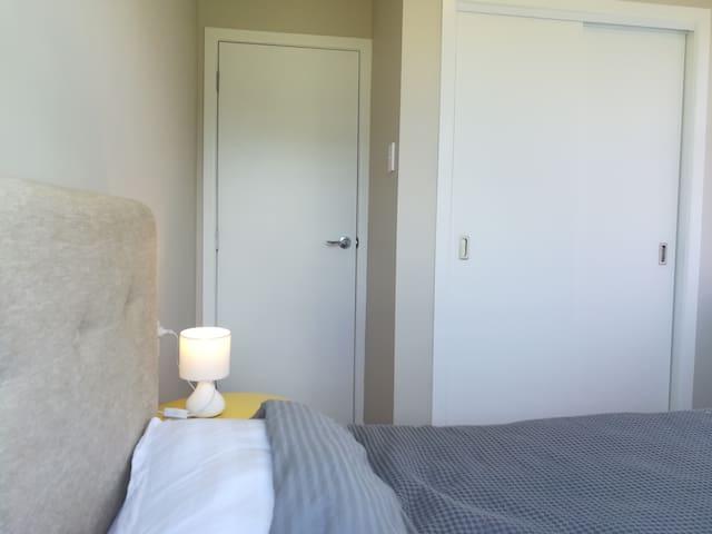 bedroom 4(3):      king single bed  单人房