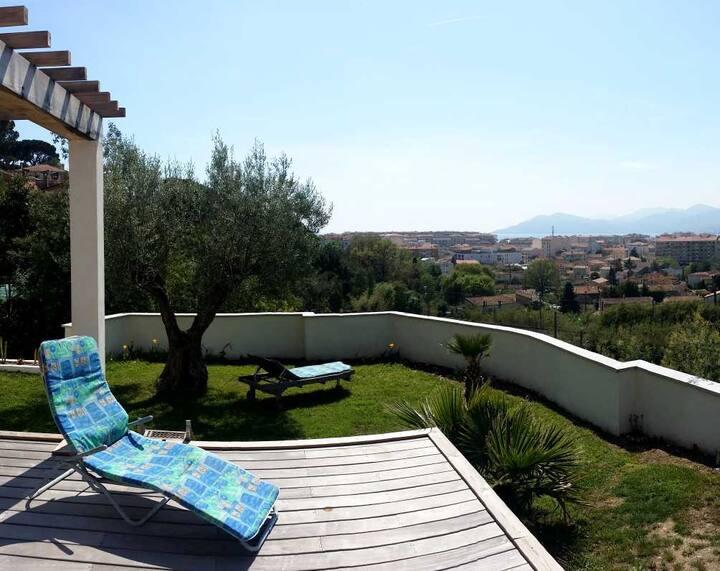 Private room in quiet villa near all amenities