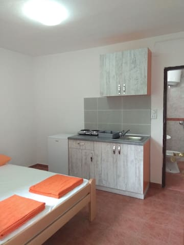Renovated charming studio for 2 in Sutomore