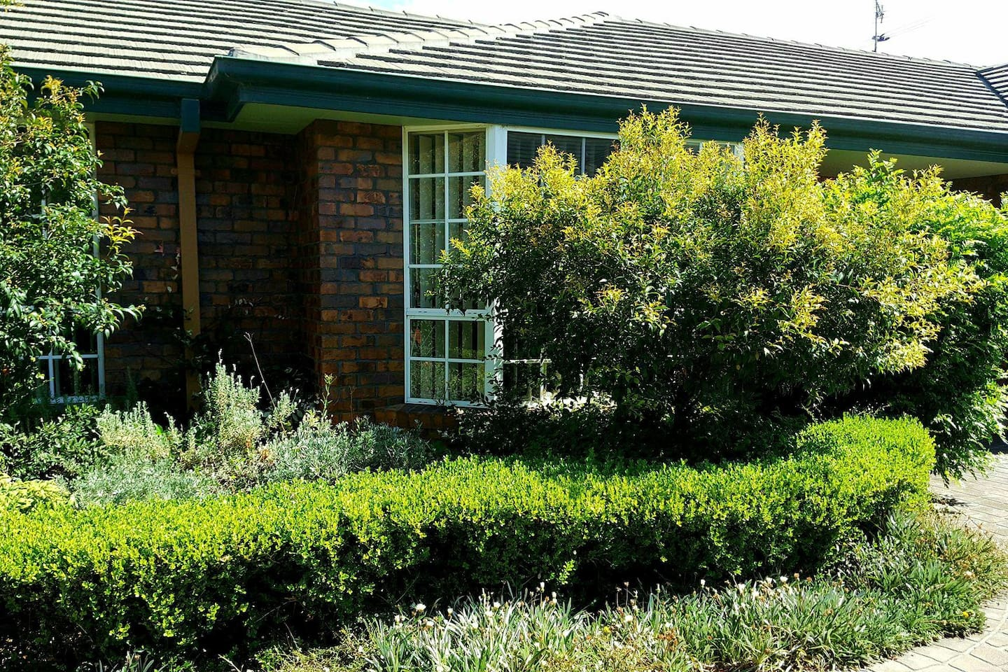 Secluded peaceful unit close to town. Walking distance to shopping centre and Country Music venues.