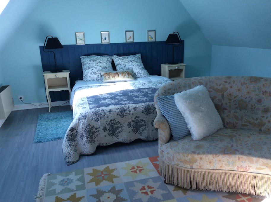 King size bed (180cm x 200cm) and seating area.