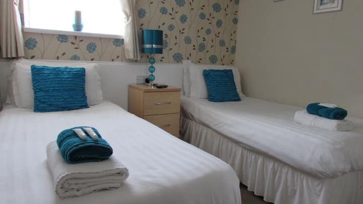 Room 3 twin bedroom en -suite in a small hotel.
