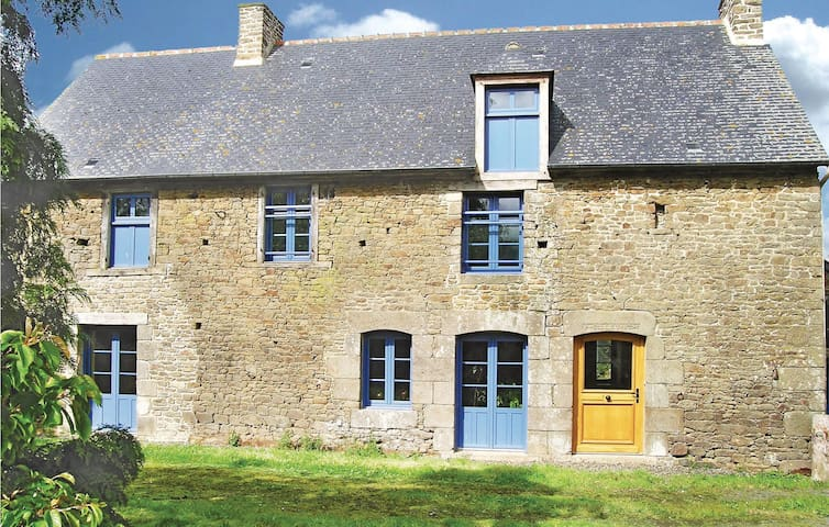 Holiday cottage with 3 bedrooms on 180 m² in St. Pierre de Plesguen