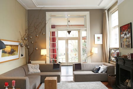 Loft room in historic Canal House, great location - Haarlem - Bed & Breakfast