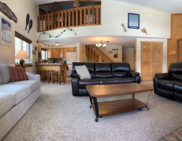 Roomy ski-in 2BD+Loft. Easiest location in Breck