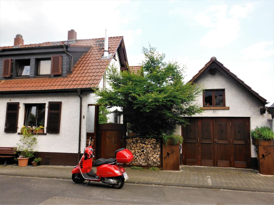 gardenview guesthouses for rent in hattersheim hessen germany. Black Bedroom Furniture Sets. Home Design Ideas
