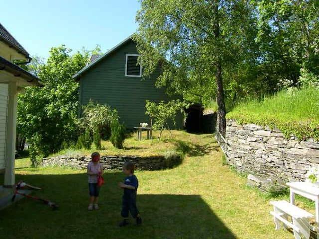 Koselig tun/ hage på baksiden av huset