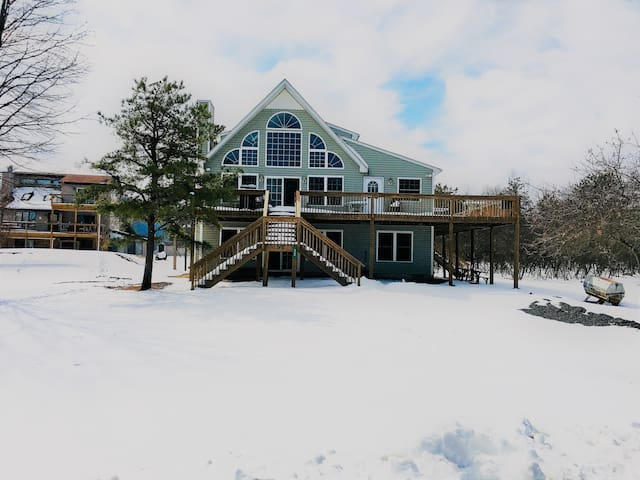 NEW! Lakeside 8BR Pocono Area Villa w/Hot Tub!