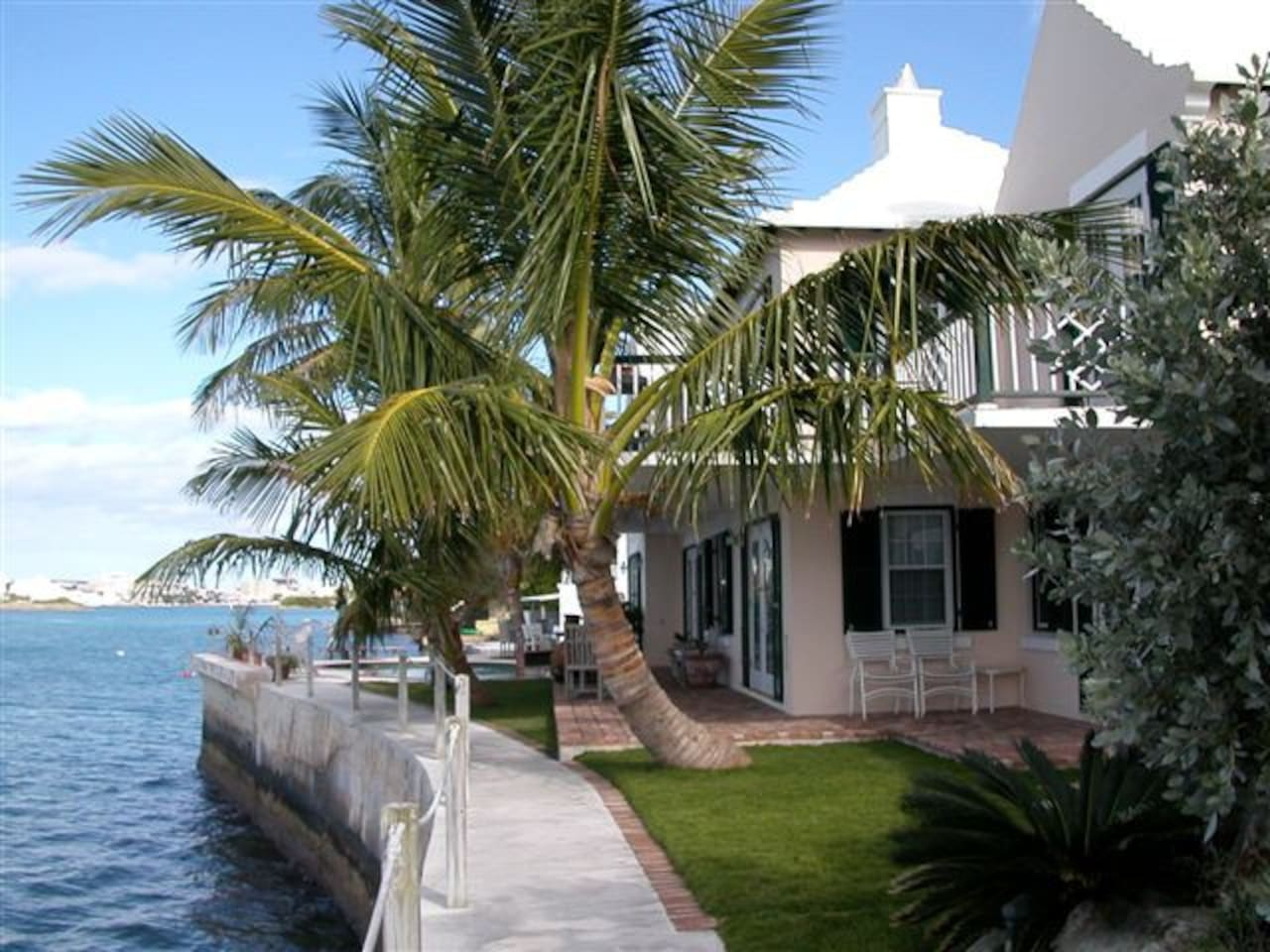 Harbourside B&B with pool and Harbour swimming and snorkelling only moments walking to ferry to Hamilton and centrally located on Island